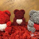 Czerwony Miś z Róż z Serduszkiem – 40 cm (Box + Płatki Róż)