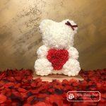 Biały Miś z Róż z Czerwonym Serduszkiem – 40 cm (Box + Płatki Róż)