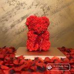 Miś z Różyczek z Kokardką – Czerwony 25 cm (GiftBox + Płatki Róż)
