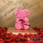 Miś z Różyczek z Kokardką – Różowy 25 cm (Box + Płatki Róż)