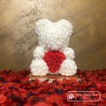Diamentowy Biały Miś z Róż z Serduszkiem – 40 cm