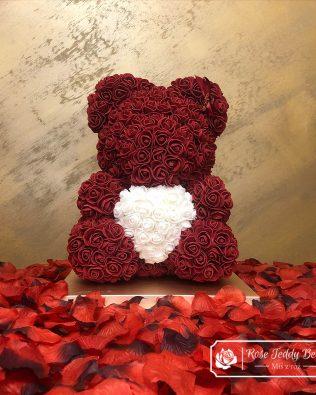 Bordowy Miś z Róż z Serduszkiem – 40 cm (Box + Płatki Róż)