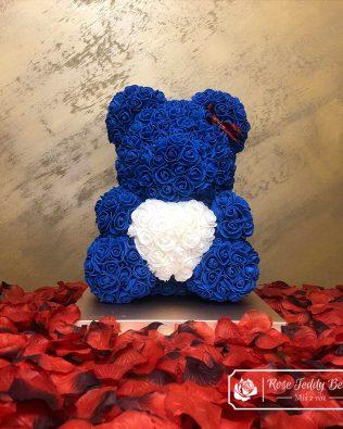 Miś z Róż 40 cm – Niebieski z Białym Sercem (Box + Płatki Róż)
