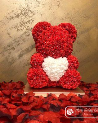 Diamentowy Czerwony Miś z Róż z Serduszkiem – 40 cm